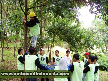 outbound di malang, trust fall, www.outboundindonesia.com, 085855494440